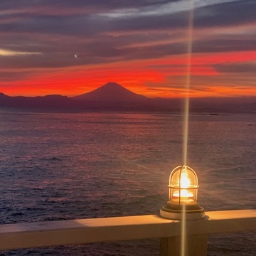 今夏大活躍の「リゾートワンピース」と、真っ赤に焼けた「夕焼け空」の記憶。