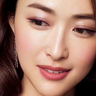 ☆目に淡いパープルの光、 唇はマットな秋色を