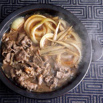 オイスターソースで好相性トリオを! 牛肉と玉ねぎ、ごぼうの鍋【絶品鍋レシピ28days】