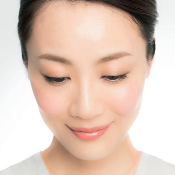 5. 潤っているように見せる大人パールで目もとのツヤめき増量