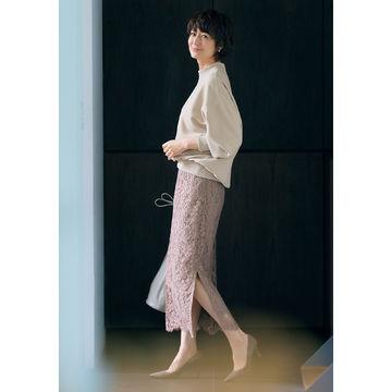 頼れる万能アイテム!富岡佳子さんが着る「E by éclat」の大人スウェット、リバーレーススカート