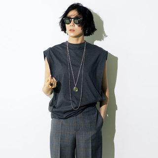 ネックレスは長さや色、質感ミックスでモダンな印象に【アラフォーのTシャツの上手な盛りかた】