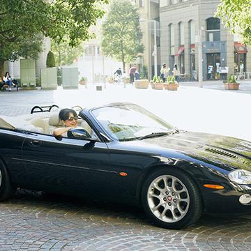 エレガントなスポーツカー「ジャガー」で郊外へドライブ【おしゃれなあの人の愛車】
