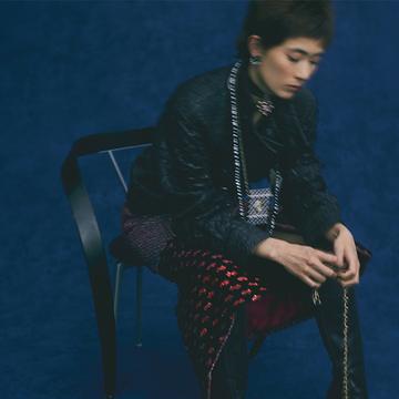 美しい刺繡が施されたスカートに似合う一着【CHANEL ジャケットの美学】