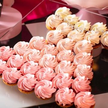 アーモンドが隠し味のカスタードクリームのミニタルトに、甘さ控えめの生クリークを合わせた「貴方と出かけるよそいきのドレス プリンセスのタルト」