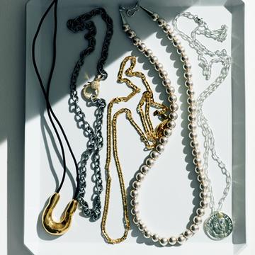 アラフィー女性にこそおすすめの「旬のネックレス」5選