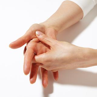 【3】親指のつけ根の月丘をもみほぐし。心地いいと感じる圧で指先をすべらせて。