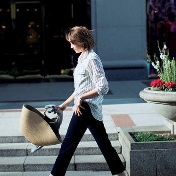 3.おしゃれな街でのお買い物は洒脱なスニーカーを味方に