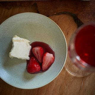注目の南アフリカワインをいちごのワインマリネと濃厚な味わいのチーズ一緒に【平野由希子のおつまみレシピ #78】
