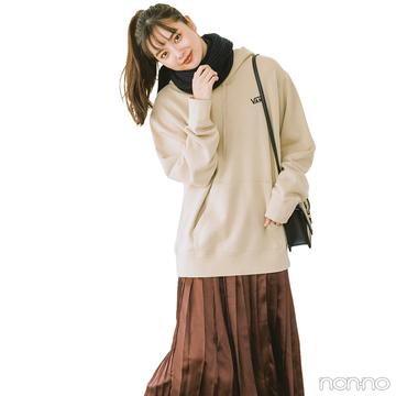 新川優愛はレディなスカートをスウェットでカジュアルダウン【毎日コーデ】