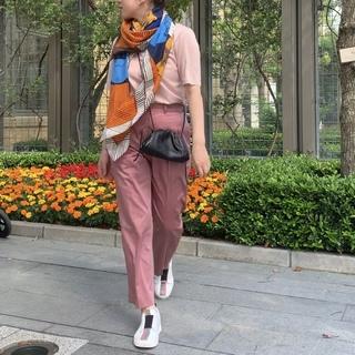 Marisol掲載のピンクパンツは、サンダルにもスニーカーにも合う