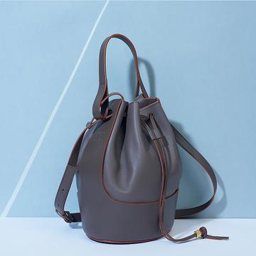 """「ロエベ」のバルーンバッグは、一年中使える""""トープカラー""""でコーデに迷わない"""