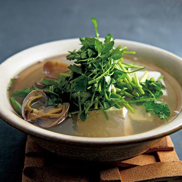 旨味の効いたスープが絶品!「アサリとせりの鍋」&「鶏つみれとねぎの鍋【若山曜子さんの幸せ鍋】