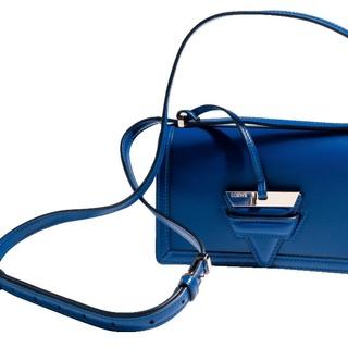 ロエベのスモールバッグで着こなしにスパイスを