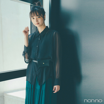 新川優愛はドラマティックな透けシャツで女らしさ3割増し♡【毎日コーデ】
