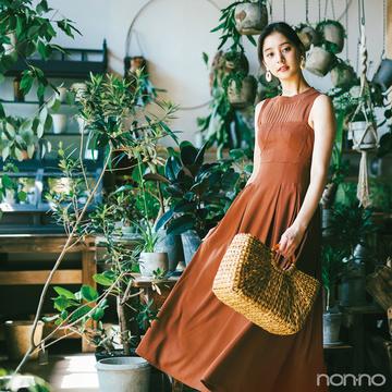 新木優子はノースリニットとジャンスカのブラウンレイヤードで夏→秋シフト!【毎日コーデ】