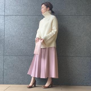 白×「ミルキーなきれい色」配色 ニットの形で雰囲気が変わる