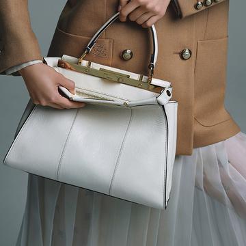<FENDI>軽やかなホワイトカラーに注目。「ピーカブー」のニューモデル【ワンハンドルバッグ】