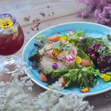 イベントに合わせた春らしいメニュー「花満開!HANABARセット(ハナマンガイ・お花のカクテル・ミートボール)」(2000円)などが楽しめる
