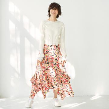 自然と足取り軽やかに!「花柄スカート×スニーカー」コーデ【富岡佳子が装う、春いちばんの服】