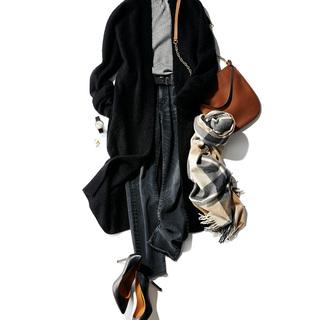 """■ブラウンの「チェーンバッグ」で アクセサリー感覚の""""華足し""""を"""