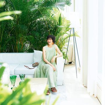リゾート気分も上々! ロエベのサマードレス【富岡佳子、サマードレスで過ごすホテルの休日】