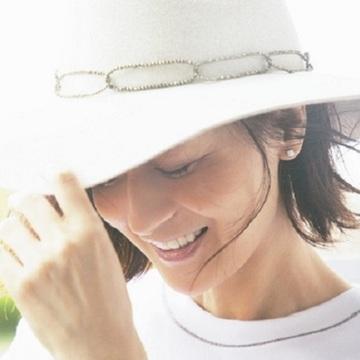 【富岡佳子 Tシャツとダイヤモンド、太陽と笑顔と】お守りのような一粒ダイヤを耳元に