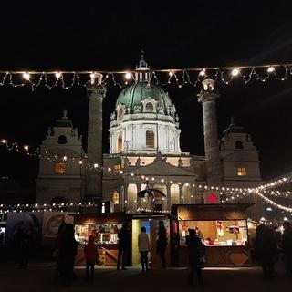 ウィーンのカールス教会のクリスマスマーケット