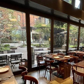 丸の内のレストラン「A16」の店内写真