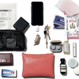 世界最先端チャットボットの仕掛け人・綱川明美さんのバッグは、除菌と口内ケアの準備万端!【働く女のバッグの中身】