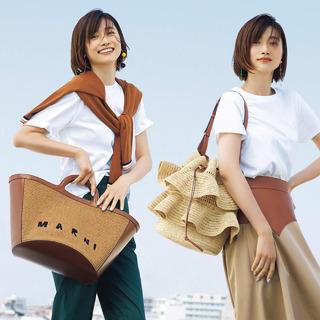 Tシャツ×ラグジュアリーブランドの軽やかバッグの組み合わせが今また気分!