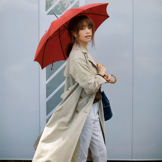 雨の日でもおしゃれをあきらめない!汚れない白パンツを通勤に着回し