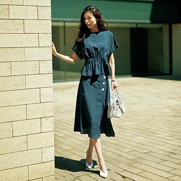 ワントーンでモダン&フェミニンに纏える、スカートセットアップコーデ4