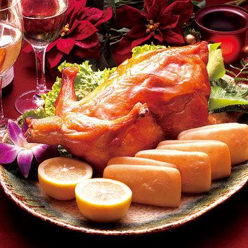 広東料理の世界が満喫できる、ダイナミックな「鶏のパリパリ姿揚げ」(1羽・4320円)