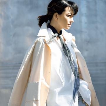 """菱形スカーフを長く垂らして白シャツをよりモダンに!【マダム戸野塚の""""今どきスカーフ""""の取り入れ方】"""