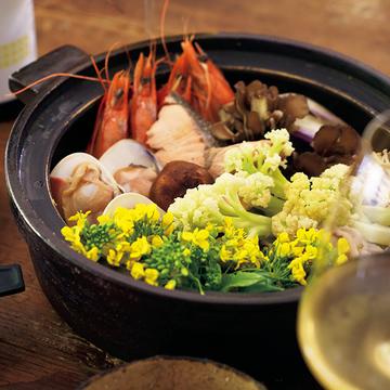 おしゃれな晩酌に!ワインと一緒に味わう「日本酒寄せ鍋」&「レタス丸ごと鍋」