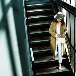 ◇ガウンコートできれいめ仕上げ。キャメル×白のリッチ配色は小物で今年らしさを強化
