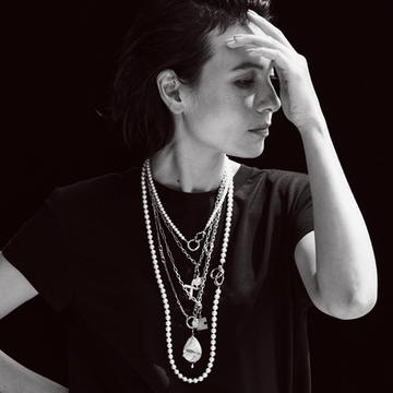 ミラモアのネックレスを重ねて独特な世界観を満喫【存在感のあるネックレス】