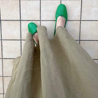 パキっと鮮やかなグリーンのフラットシューズが新鮮