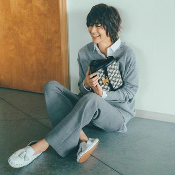 セリーヌのかっちりバッグ&ラフな靴で春スタイル【富岡佳子流・靴&バッグの最旬セット】