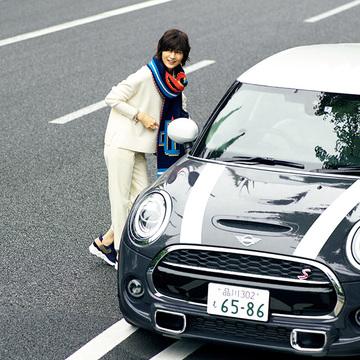 車内温度の変化にも対応できる「ニット小物」で快適なドライブを!【富岡佳子「車に乗る日のおしゃれ」】