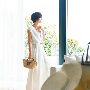 涼やかな大人の白ドレス×カゴバッグで小粋な着こなしに【富岡佳子、サマードレスで過ごすホテルの休日】