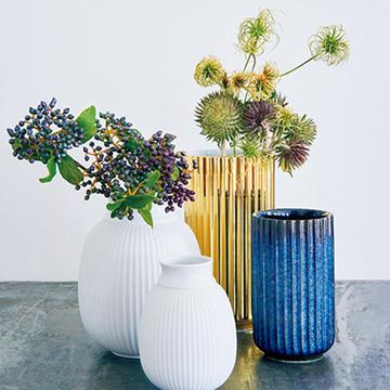 部屋の雰囲気が華やぐ!花を美しく魅せる花器3選【フラワーベースの名品図鑑②】