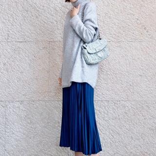 綺麗めスカートも白スニーカーで今っぽく♪