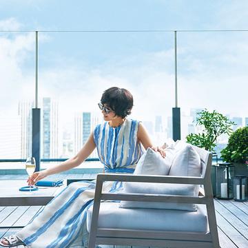 青空に映える「エブール」の軽やかドレス【富岡佳子、サマードレスで過ごすホテルの休日】