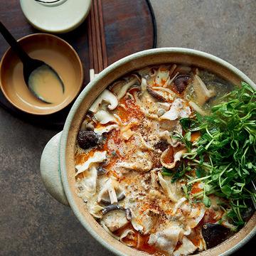 味を変えて楽しめる!「豚肉ときのこ、豆苗のサンラー鍋」のレシピ【坂田阿希子さんの「満足鍋」】