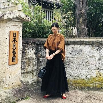 レーススカート+ゆったりトップスで、日本民藝館