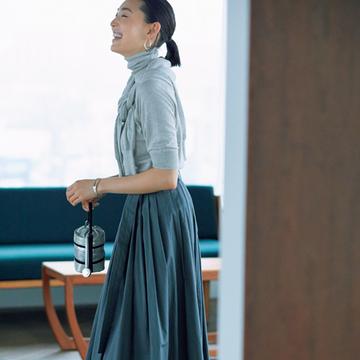 ニュアンス色スカート+白スニーカーでヘルシーに【甘くないスカートとハンサムシューズ】