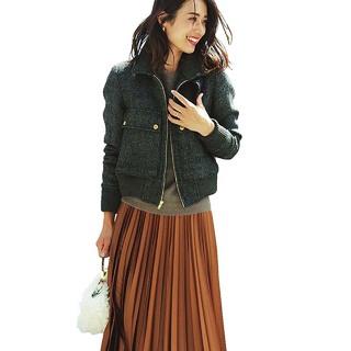 大人気「光沢プリーツスカート」の選び方と女っぷりコーデの作り方