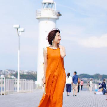 5.青空に映えるオレンジのリネンワンピースを着まわし!(佐藤綾子さん)
